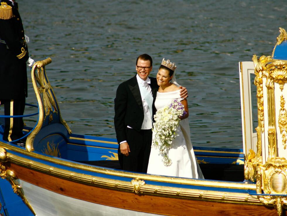 <strong>SEILET SIN EGEN SJØ:</strong> De nygifte ankom slottet sjøveien. Foto: Stella Pictures