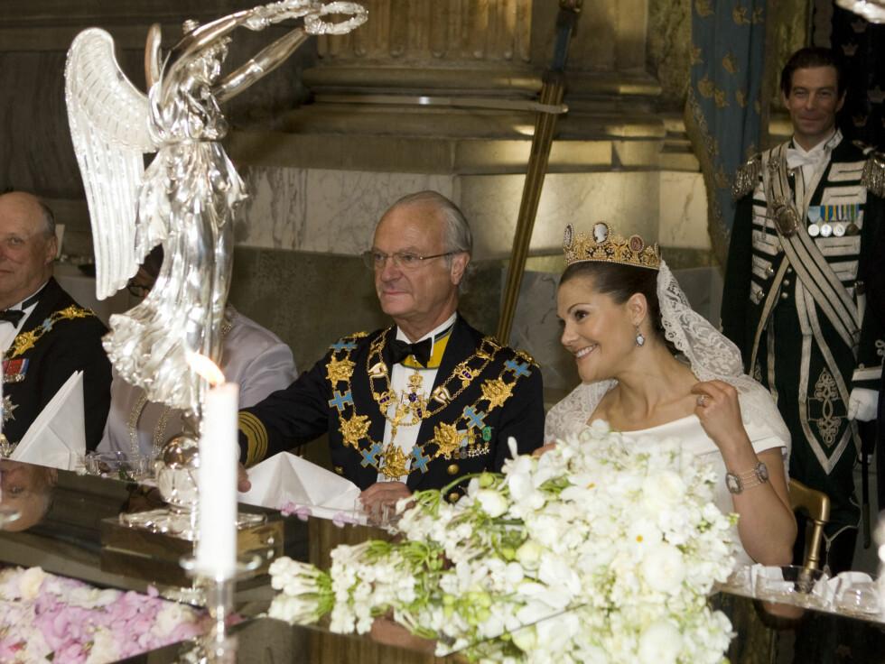 <strong>GLEDESTÅRER:</strong> Victoria strålte av lykke under bryllupsdagen - og tørket tårer under prins Daniels tale. Foto: Stella Pictures