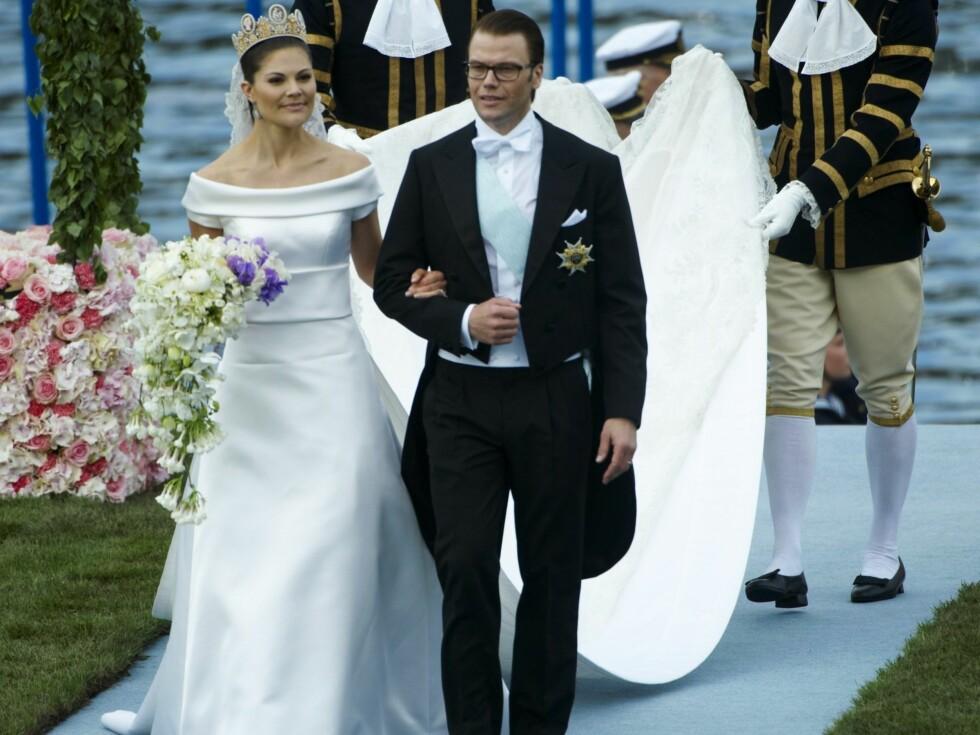<strong>NYDELIG PAR:</strong> Kronprinsesse Victoria og prins Daniel på vei inn til bryllupsmiddagen på Slottet i Stockholm. Foto: Stella Pictures