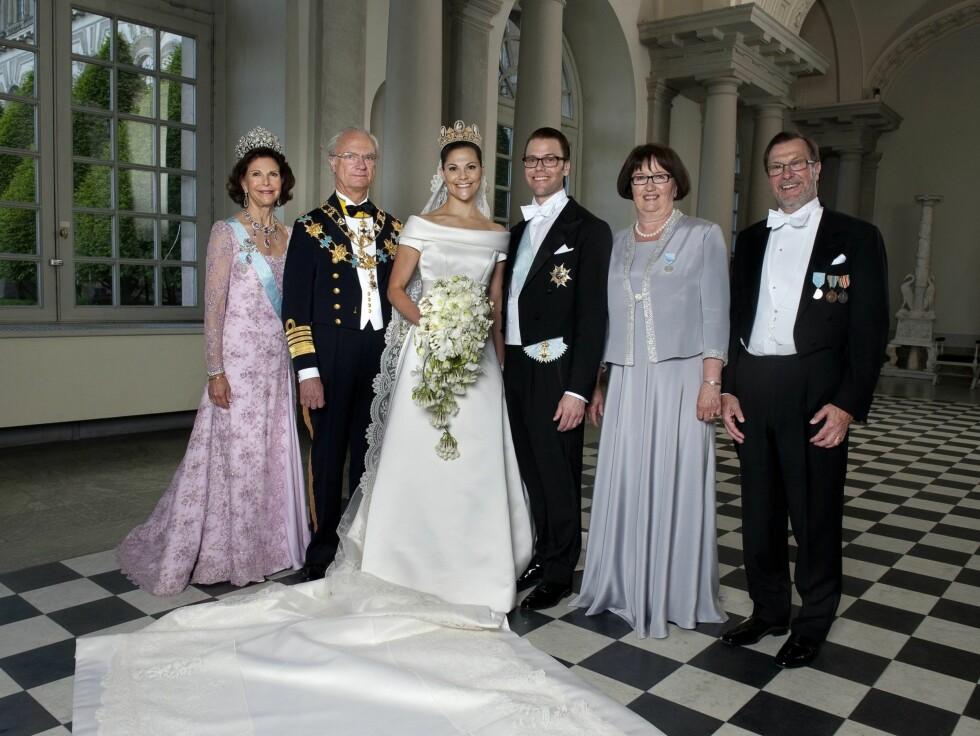 <strong>FAMILIEBILDE:</strong> Kongen og dronningen strålte sammen med de nygifte og Daniels foreldre, Ewa og Olle Westling, på familiebildet fra bryllupet. Foto: Stella Pictures