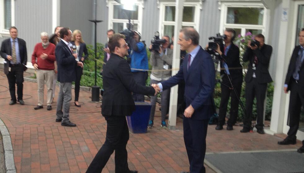 HÅNDHILSTE PÅ STØRE: I det Bono ankom Losby Gods i Akershus, ble han møtt av utenriksminister Jonas Gahr Støre. Foto: Sølve Hindhamar, Seoghør.no