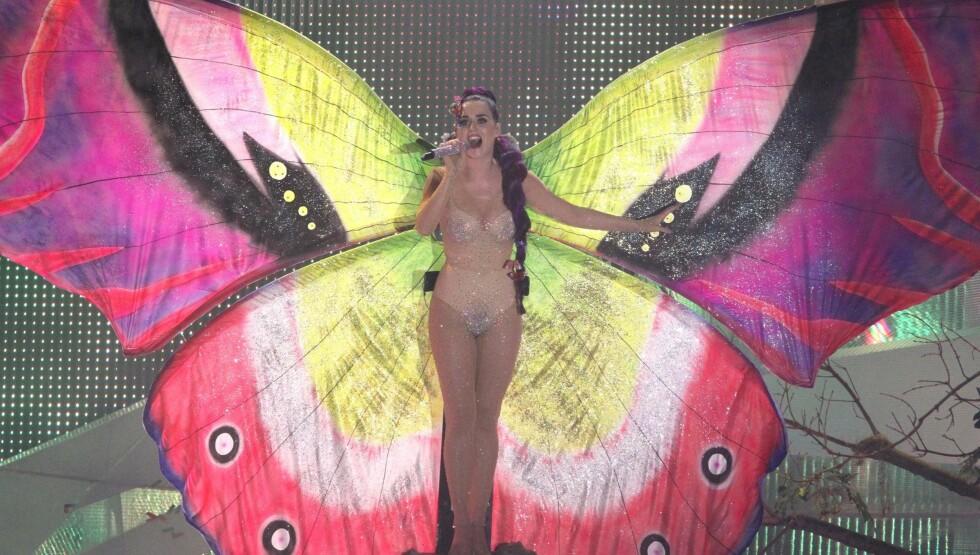 NAKEN SOMMERFUGL: I opptredenen spiller Katy først en larve som forvandles til en fargerik sommerfugl. Foto: All Over Press