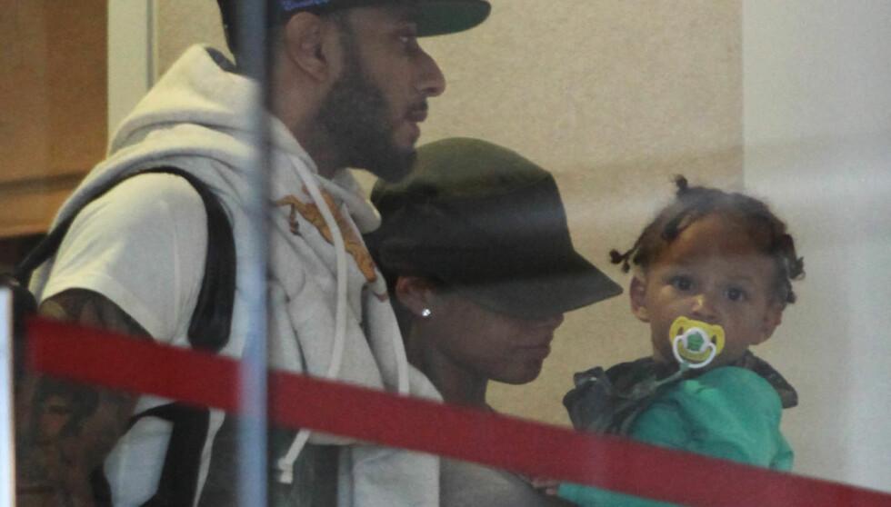 FAMILIETUR: Alicia Keys og mannen Swizz Beats med sønnen Egypt på vei ut fra Los Angeles i går.  Foto: Fame Flynet