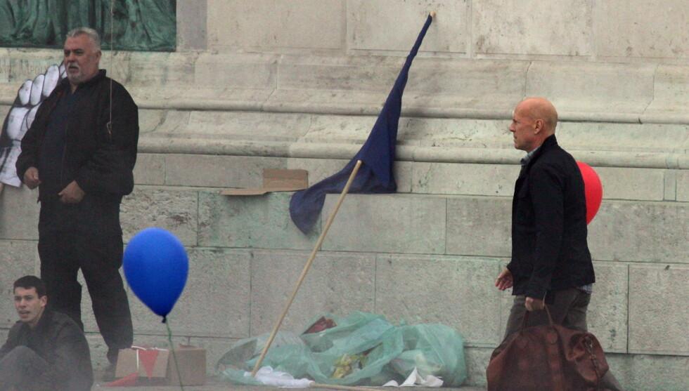 UNDER INNSPILLING: Bruce Willis spiller for tiden inn scener til Die Hard i Budapest i Ungarn. Foto: All Over Press