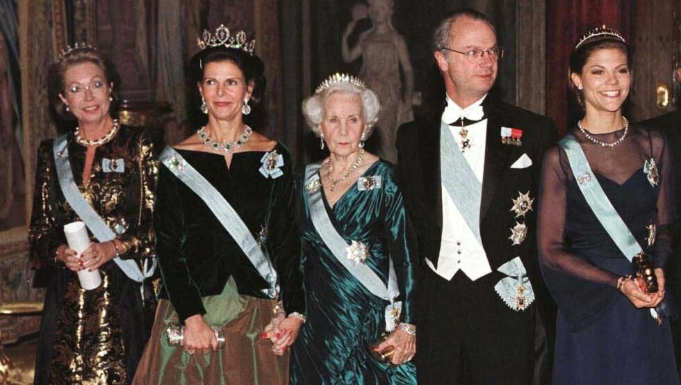 ROBBET: Prinsesse Christina (t.v.) har mistet uerstattelige smykker fra sin safe på slottet. Her avbildet sammen med dronning Silvia, prinsesse Lillian, kong Carl Gustaf og  kronprinsesse Victoria. Foto: All Over Press