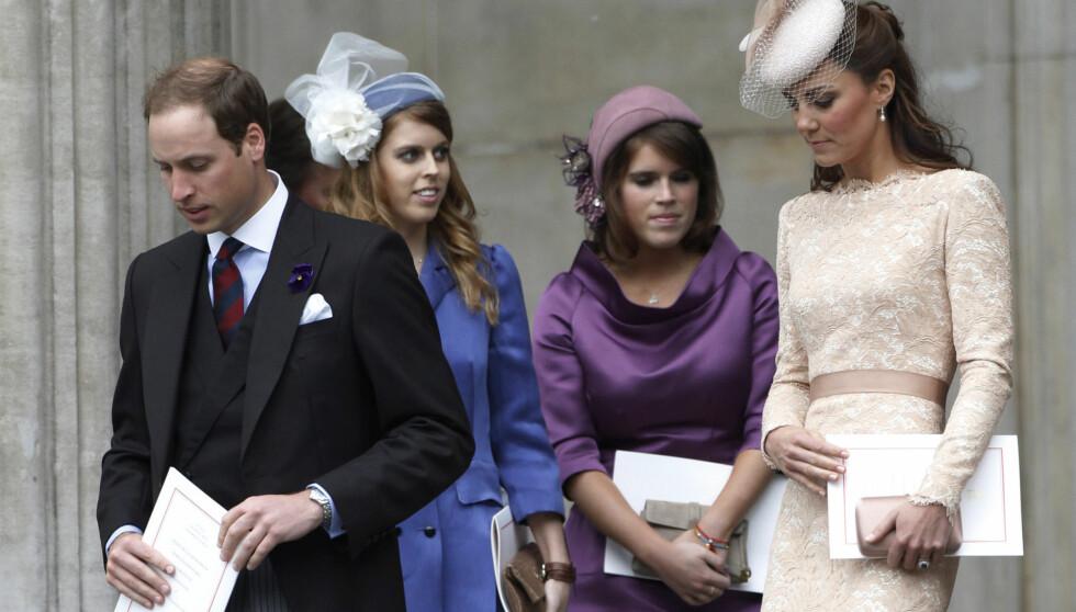 UPOPULÆRE: Prinsesse Beatrice og prinsesse Eugenie kalles «The Grouwsome Twosom» i England. Og populariteten fortsetter nok å dale etter dronning Elizabeths nye regler, som sier at hertuginne Kate må neie for de to.  Foto: Reuters