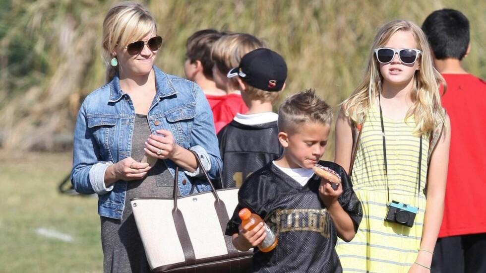STOLT MOR: Reese Witherspoon har alltid ønsket seg en stor familie, og venter nå barn nummer tre. Her er hun sammen med sønnen Deacon og datteren Ava. Foto: All Over Press