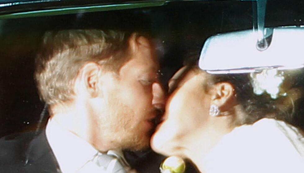 NYGIFT KYSS: Her kysser paret i bilen rett etter å ha sverget bryllupsløftene til hverandre. Vel vitende om at de har et barn underveis.  Foto: Fame Flynet