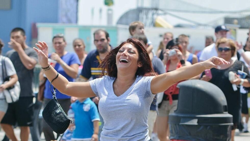 DANSET I TRAFIKKEN: «Jersey Shore»-deltageren Deena Cortese vakte oppsikt da hun søndag danset i trafikken i New Jersey. Få minutter senere ble hun arrestert. Foto: All Over Press