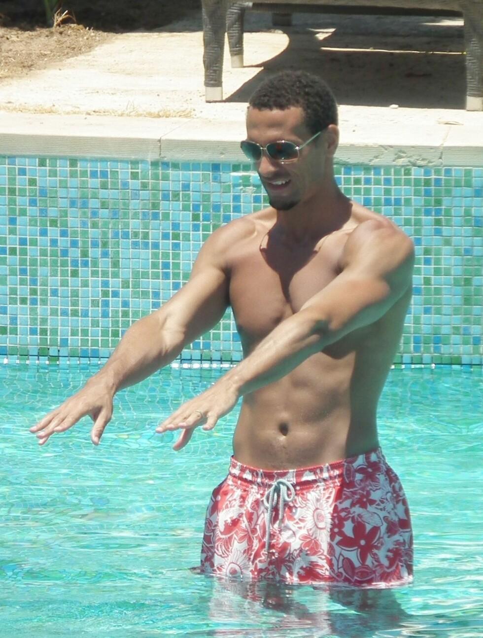 <strong>VANNGYMNASTIKK:</strong> Rio Ferdinand får rikelig med tid til egentrening i svømmebassenget i sommerferien. Foto: FameFlynet Sweden