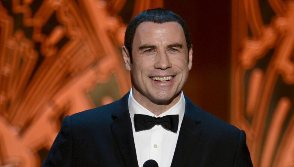 I HARDT VÆR: Det har stormet rundt Travolta den siste tiden, men da han viste seg i Los Angeles torsdag, så det ut til at stjernen hygget seg. Foto: All Over Press