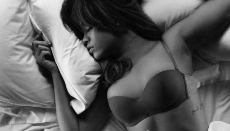 <strong>ORGINALEN:</strong> Her ligger den ekte Rihanna i enga. Øverst på hennes venstre ribbein er en tattovering av tekst tydelig merkbar. Foto: Twitter / Armani