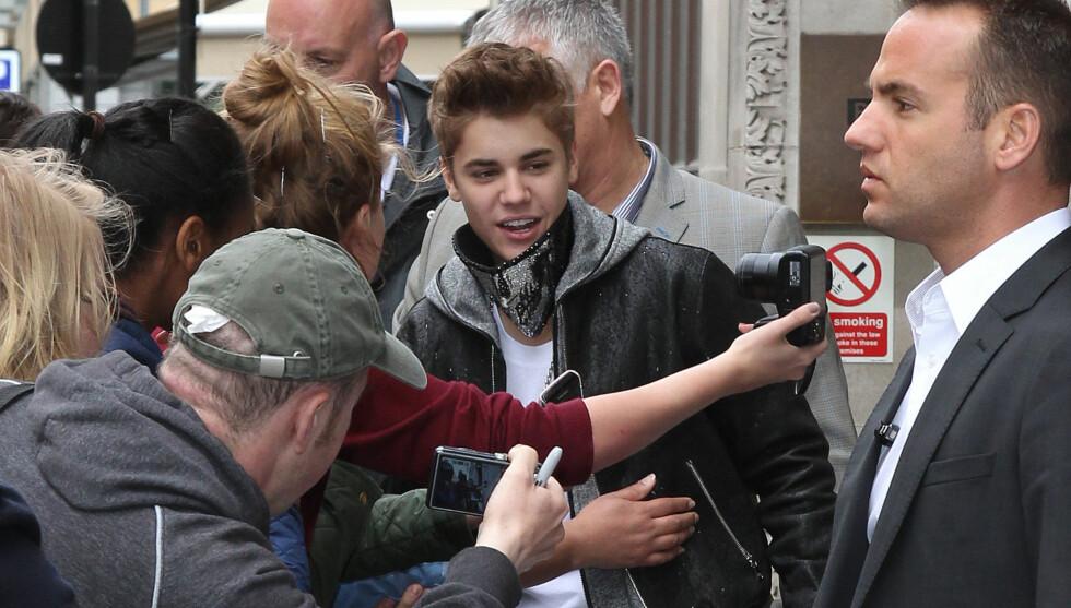STORMET STUDIO: 300 fans forsøkte å ta seg inn i et TV-studio i London der Justin Bieber befant seg. Foto: All Over Press