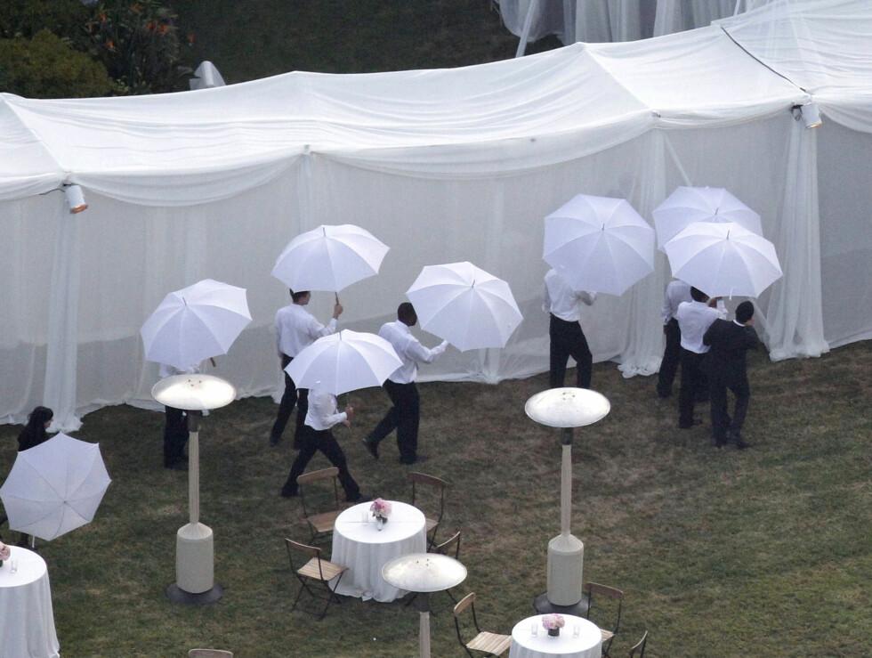 I SKJUL: Bryllupsgjestene fikk parasoller til å beskytte mot været. Foto: Stella Pictures