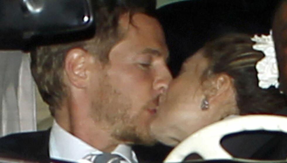 FORELSKET: Will Kopelman og Drew Barrymore viste tydelig sin lykke da de forlot sin egen bryllupsfest i 2-tiden lørdag. Foto: Stella Pictures