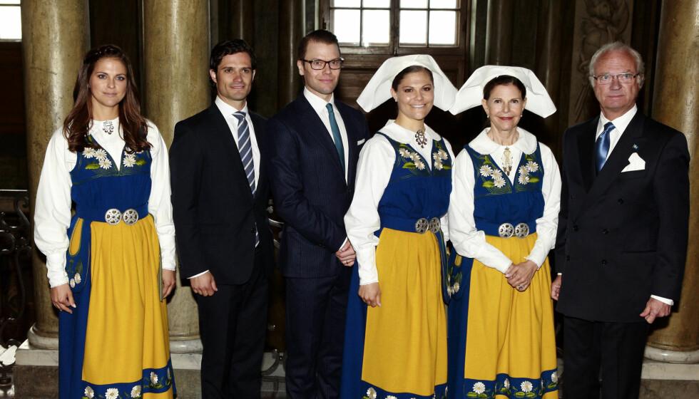 HETSES PÅ MYNT: Kong Carl Gustaf får gjennomgå på en falsk mynt som har spredd seg i Sverige. Her er han sammen med prinsesse Madeleine, prins Carl Philip, prins Daniel, kronprinsesse Victoria og dronning Silvia på den svenske nasjonaldagen 6. juni.  Foto: NTB SCANPIX
