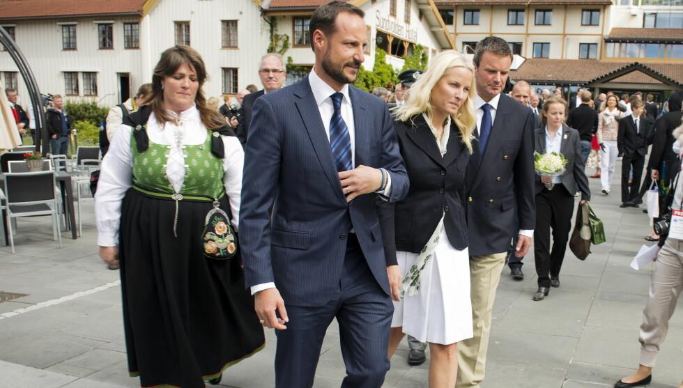 <strong>DRO TIL STOCKHOLM ETTER DETTE:</strong> Kronprins Haakon og kronprinsesse Mette Marit var lørdag på Sundvolden Hotel, der Norges Livredningsselskap hedrer frivillige fra Utøya for utført redningsdåd.  Foto: NTB scanpix