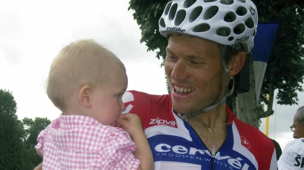 BLIR TOBARNSFAR: Thor Hushovd går glipp av Tour de France, men får istedet vært med på fødselen av sitt andre barn. Her med datteren Isabel (3). Foto: SCANPIX