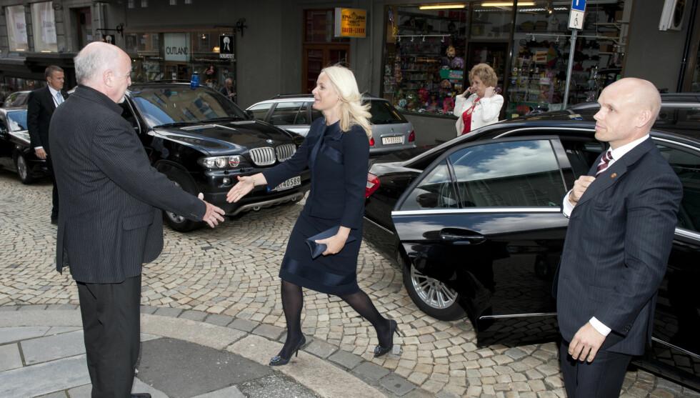 I BERGEN: Her ankommer kronprinsessen Senter for krisepsykologi, og blir tatt imot av styreleder Jacob Inge Kristoffersen. Foto: NTB scanpix
