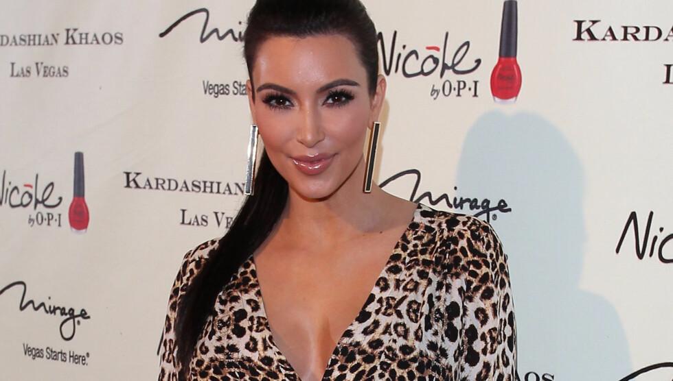 BUTIKK I BLODET: Kim Kardashian på åpningen av familiebutikken Kardashian Khaos i Las Vegas. Foto: Fame Flynet