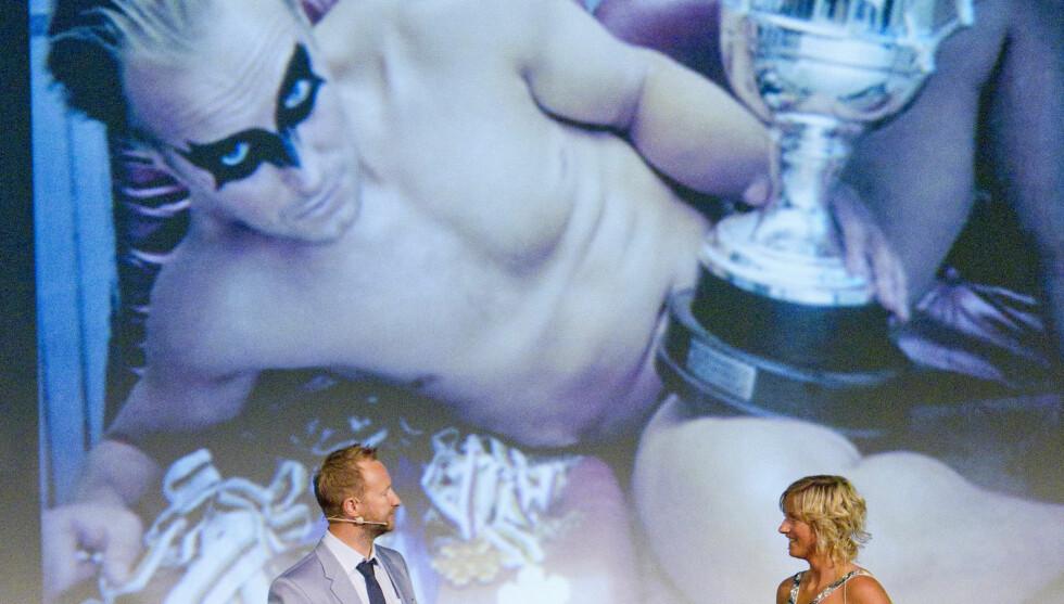 SPØKTE MED HVERANDRE: Kjetil André Aamodt og Vibeke Skofterud var opptatt av å vise lettkleddbilder av hverandre på storskjerm – til stor latter for publikum, da de presenterte den nye OL-kolleksjonen.  Foto: Oddvar Walle Jensen/Se og Hør
