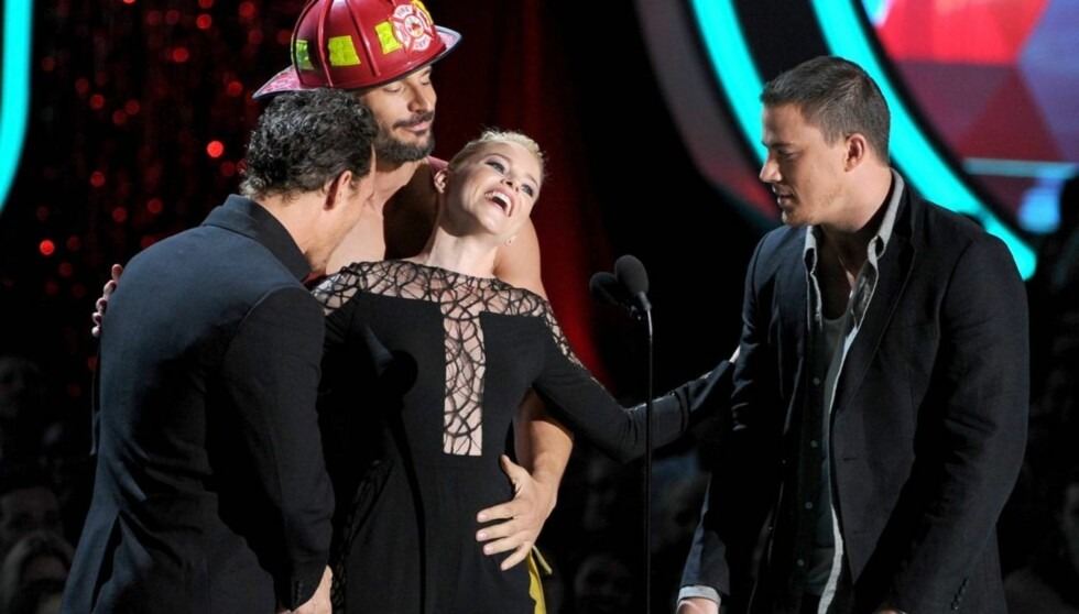 NØT OPPMERKSOMHETEN: - Dette er det beste øyeblikket i mitt liv, lo «Hunger Games»-stjernen Elizabeth Banks da hun mottok pris under MTV Movie Awards og ble overrasket av den halvnakne «True Blood»-stjernen Joe Manganiello. På scenen var også pris Foto: All Over Press