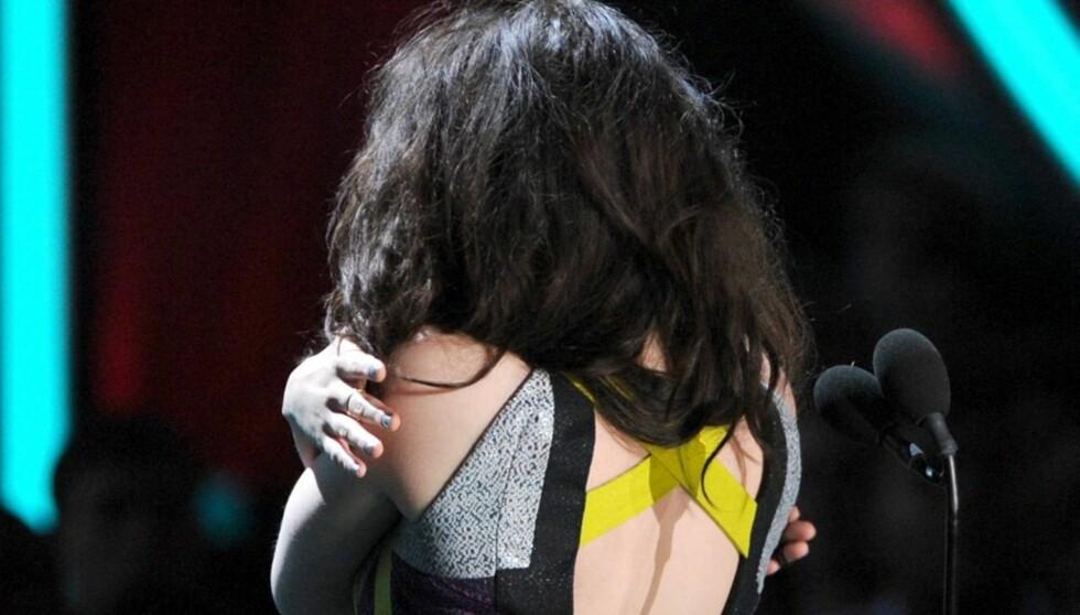 SOLOKYSS: Kristen Stewart måtte improvisere da Twilight-kollega Robert Pattinson glimret med sitt fravær under tildelingen av MTV-prisen for årets filmkyss. Foto: All Over Press