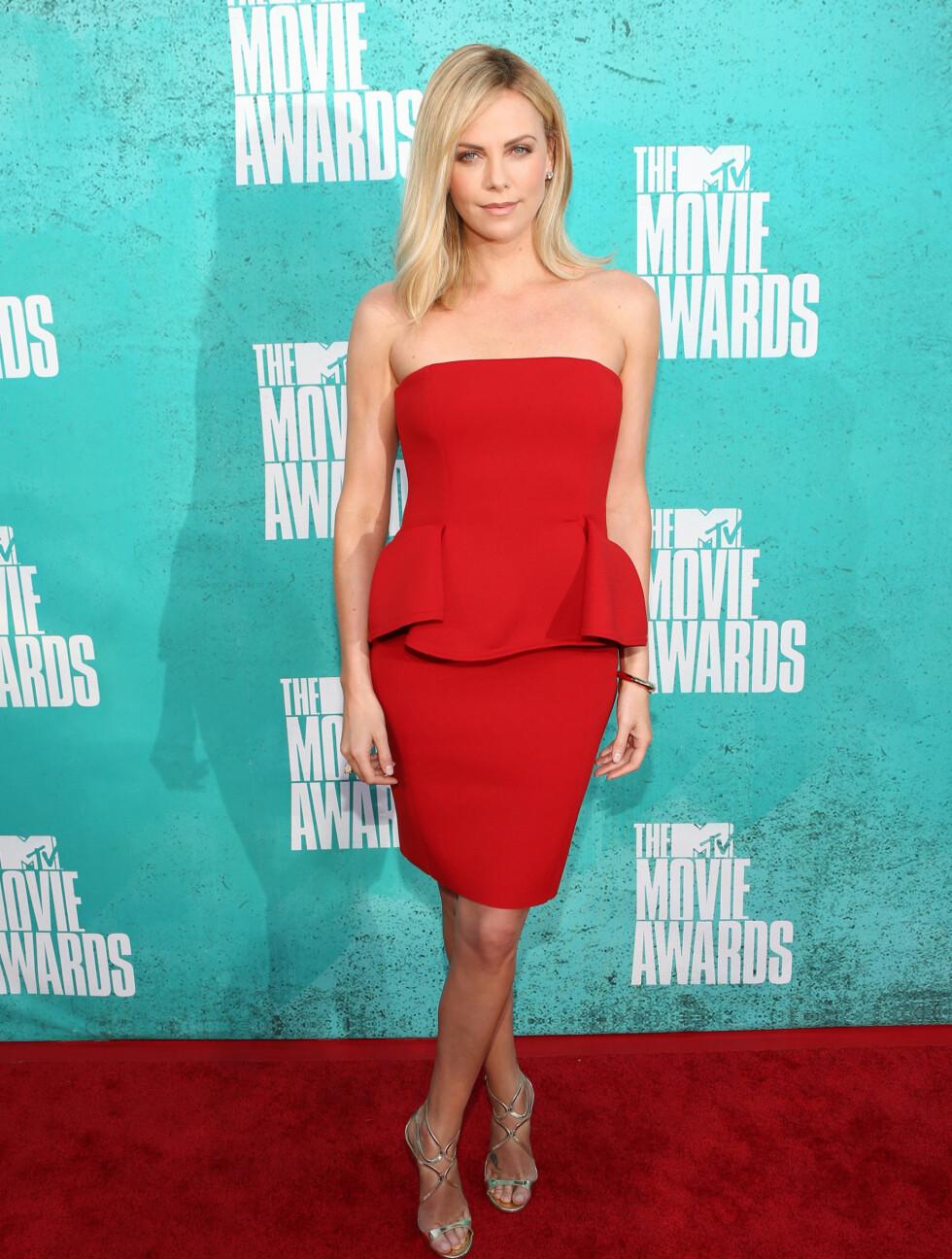 LANVIN: Charlize Theron i en elegant Lanvin-kjole på MTV Movie Awards på Gibson Amphitheatre i Los Angeles.  Foto: All Over Press