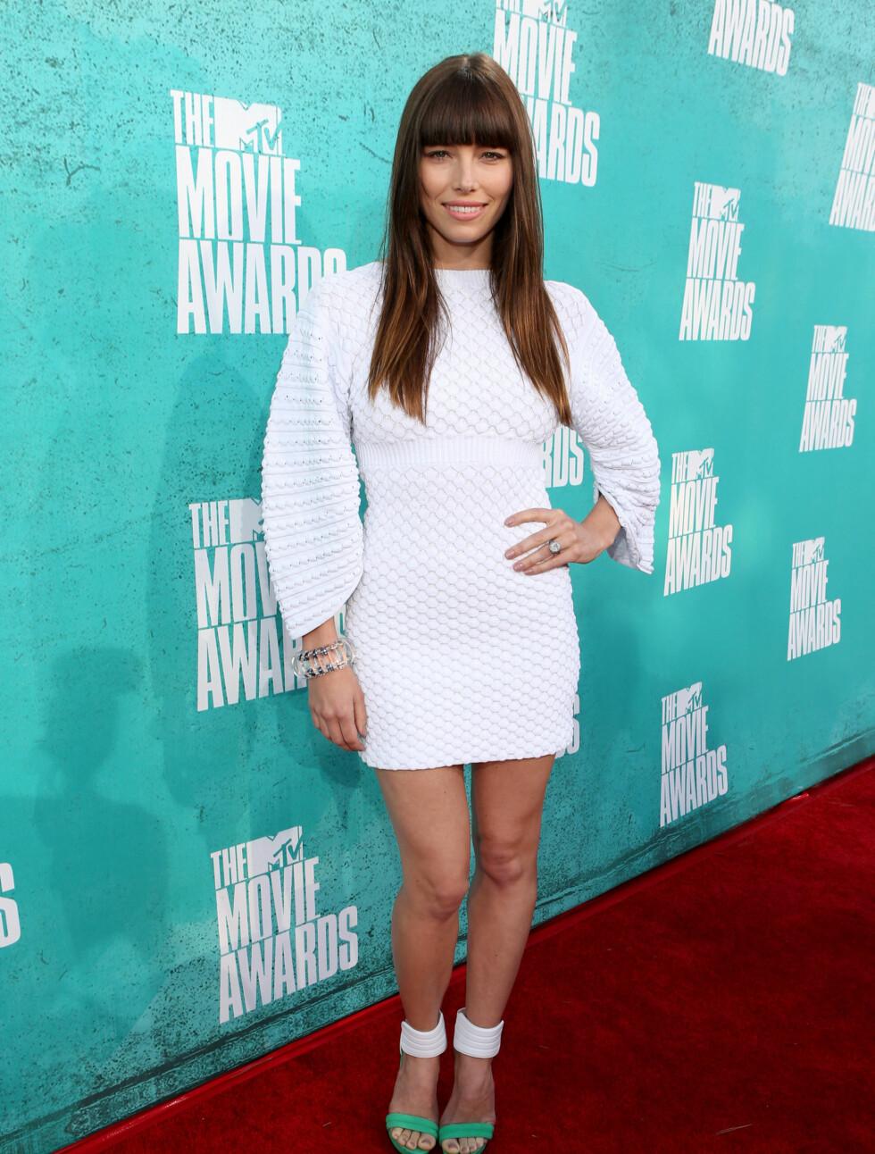 STILREN: Jessica Biel i en enkel og stilren, hvit kjole. Foto: All Over Press