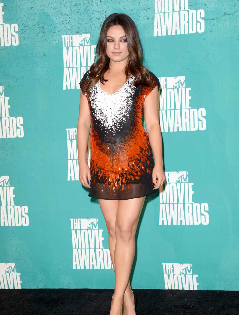 MØNSTER: Skuespiller Mila Kunis valgte en mønstrete minikjole. Foto: All Over Press