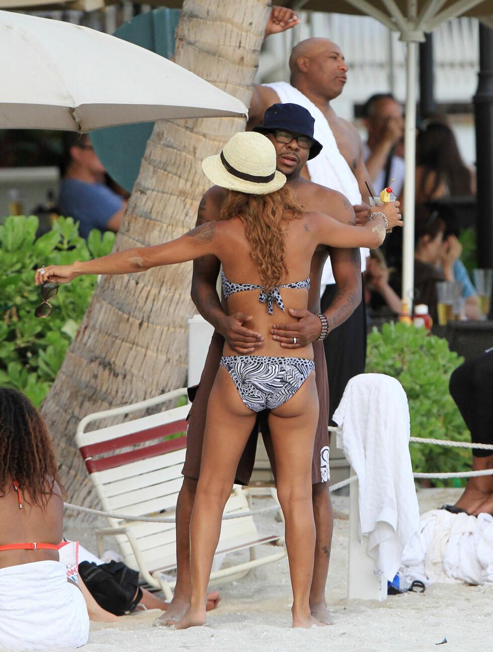 DANSET PÅ STRANDA: Bobby og Alicia koste seg meg drinker og danset på stranda etter bryllupet sist mandag.  Foto: Fame Flynet