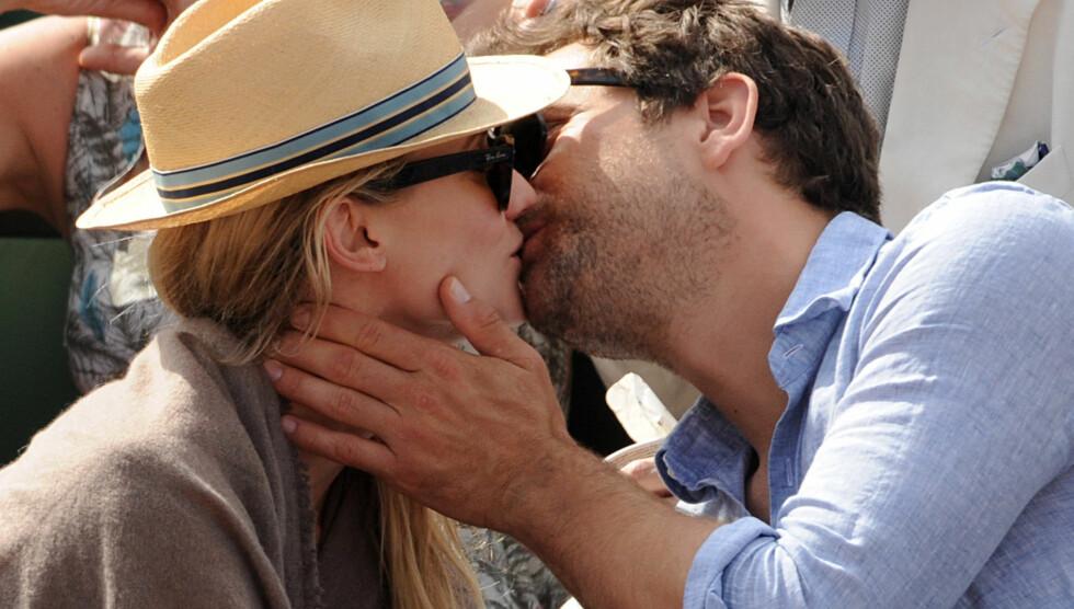 HETE KYSS: Joshua Jackson nølte ikke med å kysse kjæresten Diane Kruger flere ganger da de onsdag besøkte tennisturneringen French Open sammen. Foto: Fame Flynet Norway