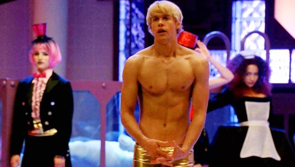 NÅ ER HAN SINGEL: Chord Overstreet iført gulltruser i serien Glee. Han har vært av og på med Emma Roberts i år.  Foto: Fame Flynet