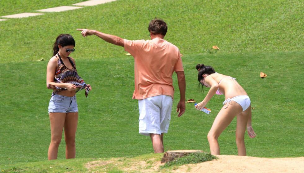 VOKTER: Pappa Bruce Jenner voktet over tenåringsdøtrene Kendall og Kylie under en ferietur på Hawaii onsdag. Foto: Stella Pictures