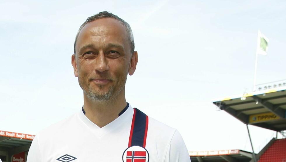 SUPERSALG: Lars Bohinen gjorde det godt på boligsalg i Asker. Her er han under presentasjonen av fotballandslagets nye drakter. Foto: NTB scanpix