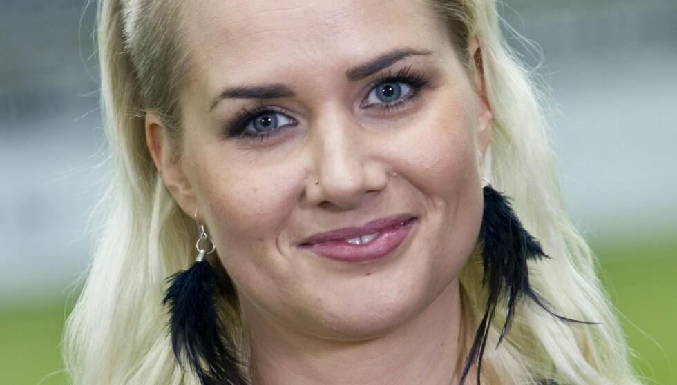 EM-AKTUELL: Julie Strømsvåg har kjempet seg gjennom store smerter for å kunne lede «EM-kveld» på TV2.  Foto: TV 2