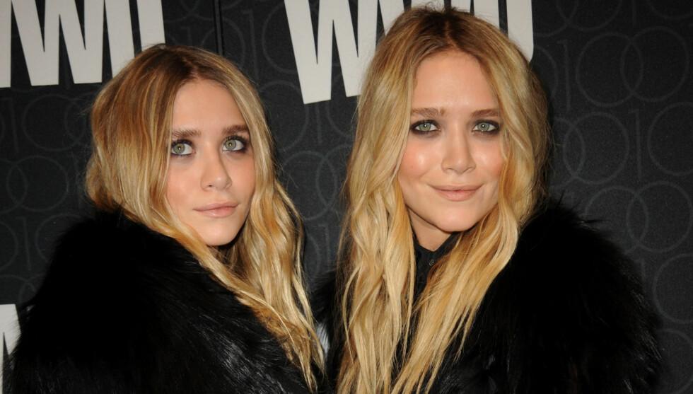 MOTETVILLINGER: Ashley og Mary-Kate Olsen spilte på likheten ved å kle seg likt under 100-års jubilleumet til Womens Wear Daily . Foto: Fame Flynet