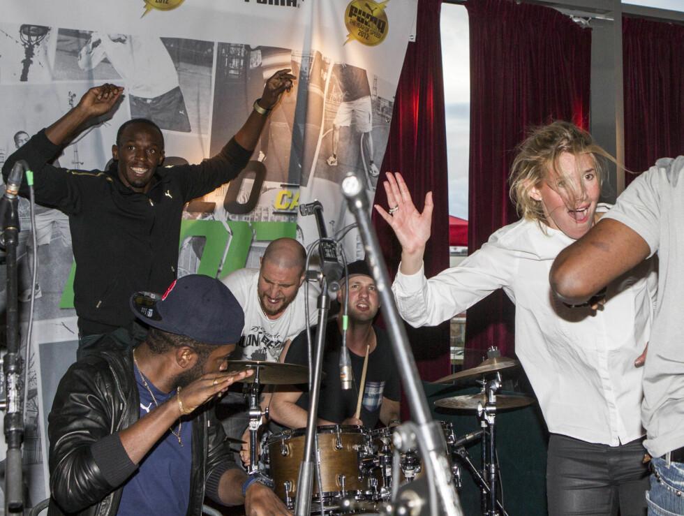 HÅNDS UP: Usain Bolt og gjestene danser til tonene.  Foto: Andreas Fadum/Se og Hør