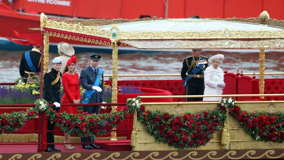 NEKTET Å SITTE: Søndag nektet både dronning Elizabeth og prins Philip å sette seg under feiringen på Themsen.  Foto: FameFlynet