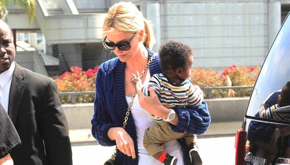 NYBAKT MAMMA: Charlize Theron ble i mars mamma for første gang, da hun adopterte en ni dager gammel gutt. Foto: All Over Press