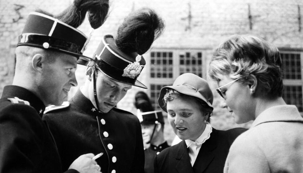 HISTORISK BILDE FRA 1959: Den gang kronprins Harald (nr. to f.v.) på Krigsskolen sammen med en ukjent dame, som senere ble identifisert som Sonja Haraldsen (t.h.). Dette er det første bildet som ble tatt av dem sammen.  Foto: Bjørn Glorvigen/NTB scanpix