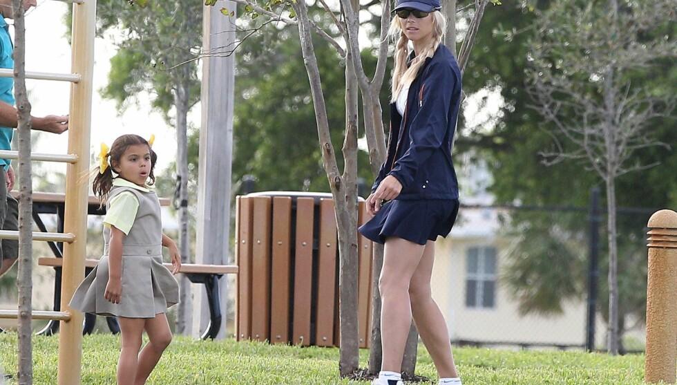 MOR OG DATTER: Elin med datteren Sam Alexis Woods (5) i en park i Miami. Hun og Tiger fikk to barn sammen.  Foto: All Over Press