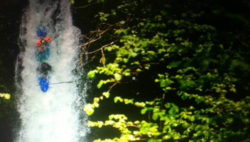 <strong>FRITT FALL:</strong> Slik så det ut da TV-stjernen Bam Margera og padleren Steve Fisher  lørdag satte utfor et 30 meters fossefal i Oregon i kajakk. Foto: Twitter