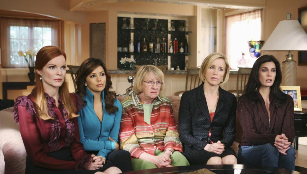 TV-STJERNER: Kathryn Joosten (midten) sammen med «Frustrerte fruer-stjernene Marcia Cross, Eva Longoria, Felicity Hufman og Teri Hatcher. Foto: Frustrerte fruer