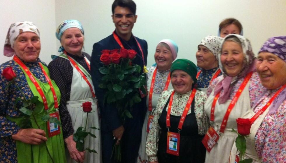 FIKK ROSER: Rett før finalen fikk bestemødrene i gruppen Buranovskiye Babushki hver sin rose av norske Tooji.  Foto: Kathrine Finnskog