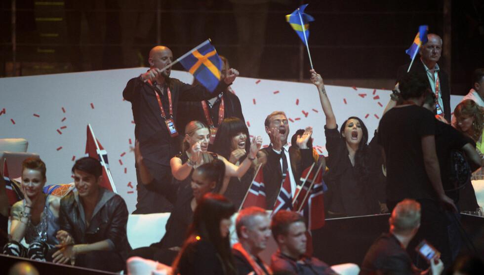 <strong>VINNER OG TAPER:</strong> Sverige og Loreen jubler i bakgrunnen, foran sitter Tooji og depper etter sisteplassen i finalen.  Foto: SCANPIX SWEDEN