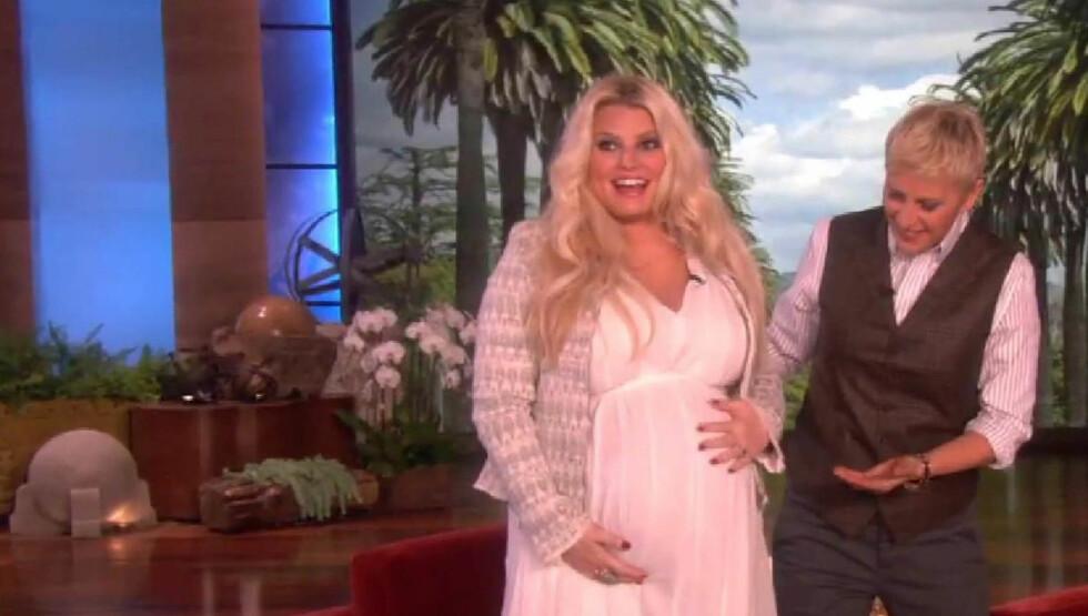 <strong>SLANKER SEG UMIDDELBART:</strong> Før fødselen i mai, viste Jessica Simpson fram  den babymagen sin på Ellens show. Foto: Fame Flynet