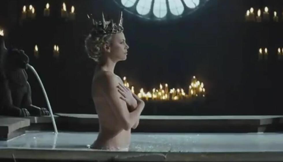NAKENSCENER: Charlize Theron måtte kle seg naken for rollen som den unge dronningen i eventyrfilmen «Snow White and the Huntsman», men insisterte på å kun bli filmet fra siden.  Foto: Universal Pictures