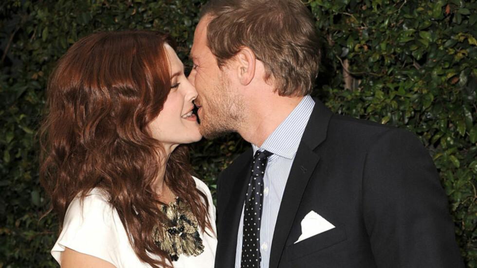 MANN OG KONE: Ett år etter at de møtte hverandre, har Drew Barrymore og Will Kopelman giftet seg. Foto: All Over Press