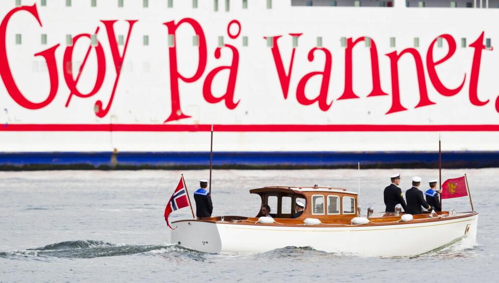 GØY PÅ VANNET: Kong Harald (med ryggen til) og dronning Sonja (t.v) på Kongeskipet Norge i Oslofjorden tirsdag, mens danskebåten kjører forbi. Foto: NTB scanpix